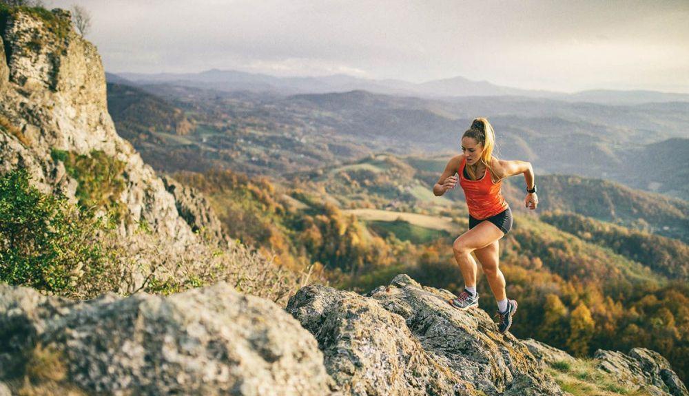 correr montaña cuesta iStock 1064128576