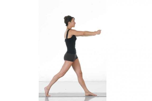 Estiramiento activo pie adelantado empieza girar cuerpo