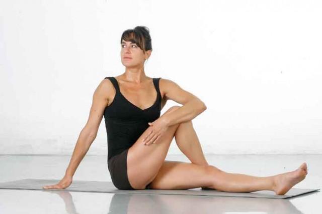 Estiramiento activo girar cuerpo