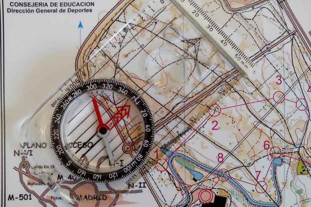 Gira el limbo de la brújula hasta que la flecha norte-sur quede orientada al norte del mapa