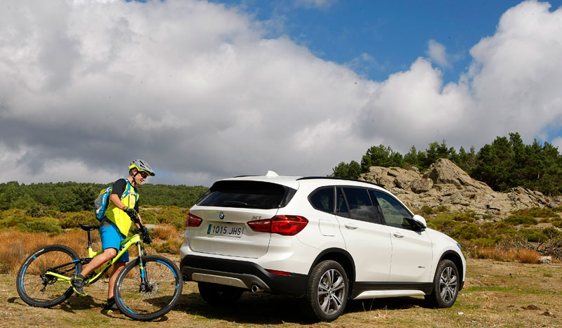 """Una pareja de """"pura adrenalina"""", el director de Sport Life, Juanma Montero y el nuevo BMW X1"""