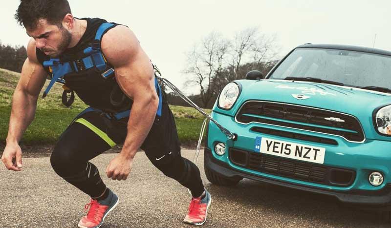 Cómo completar un maratón... ¡arrastrando un Mini!