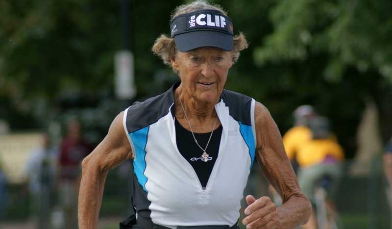 Héroes del deporte: Madonna Buder, la mujer de más edad en completar un Ironman