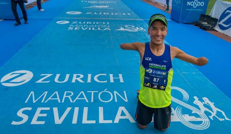 La preciosa historia de Efrain en el Maratón de Sevilla