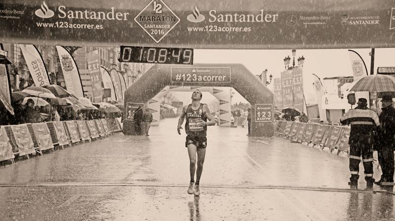 Tres mil héroes bajo la lluvia en el Medio Maratón de Santander