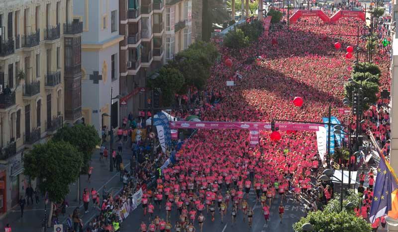 """La primera prueba de la """"marea rosa"""" reúne a 14.000 corredoras en Valencia"""