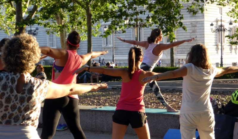 Primera clase de yoga al aire libre con YogaFit y Move Woman