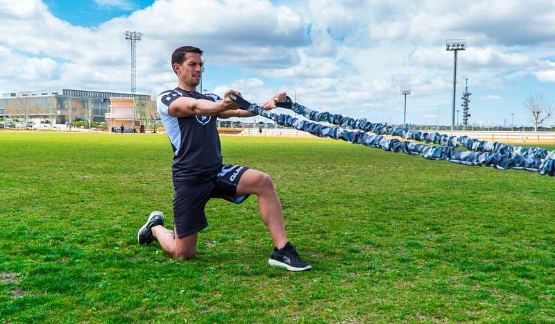 Bíceps, tríceps y abdominales a punto con gomas elásticas