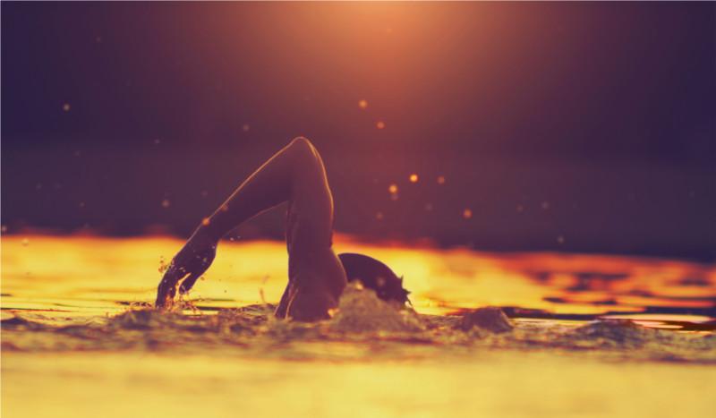 Los beneficios de nadar en el mar