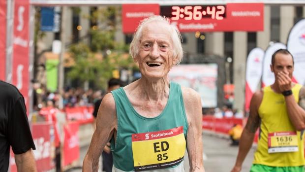 ¡El hombre que ha bajado de 4 horas en maratón con 85 años!