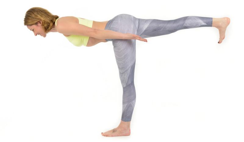 La postura de yoga que tonifica tu abdomen, el Guerrero 3