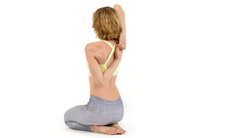 La postura de yoga que ayuda a tus hombros, cara de vaca