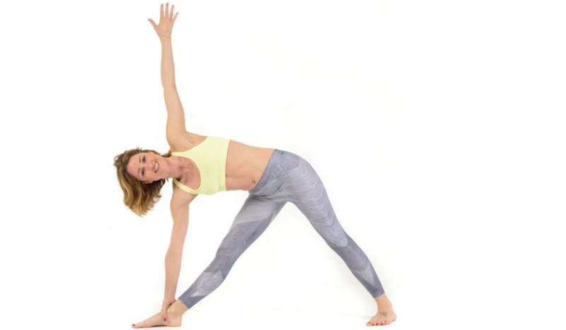 Fortalece el core y libera tu cadera con la postura de yoga del Triángulo extendido