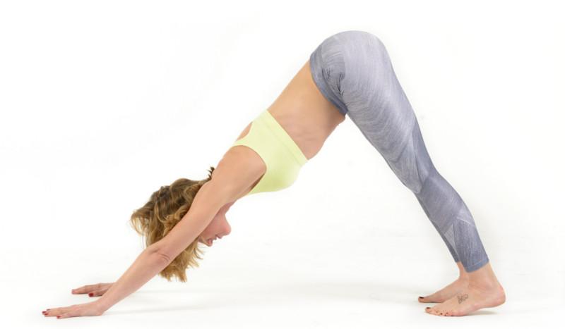 La postura de yoga para corregir desequilibrios, el perro boca abajo
