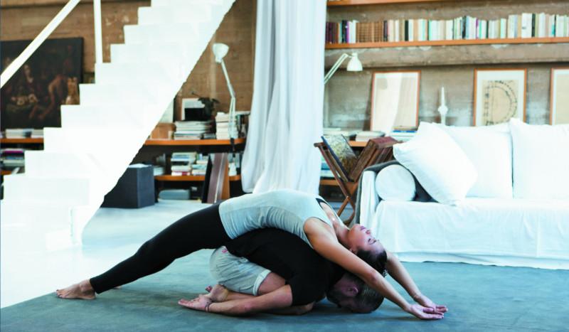Posturas de yoga en pareja para estirar  61fcc1a62789