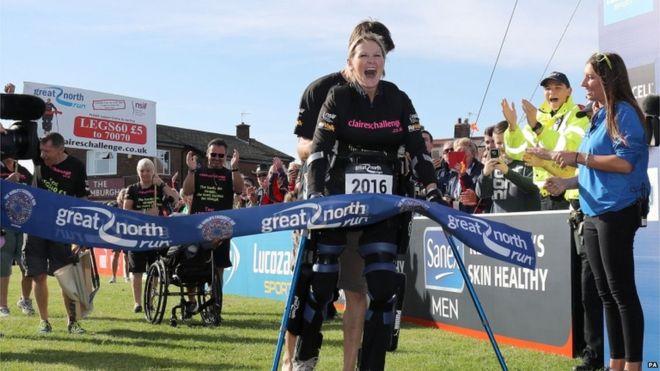 Corre medio maratón en 5 días con parálisis desde la cintura
