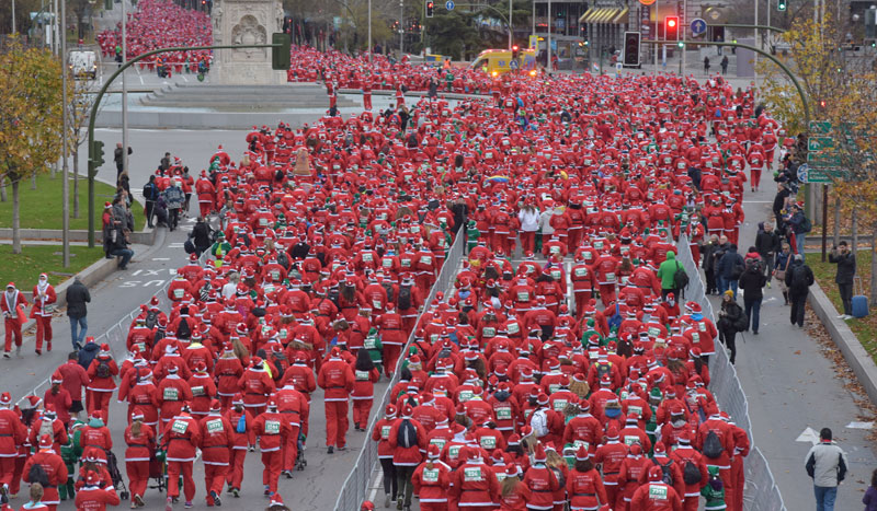 El rojo de la carrera de Papá Noel conquista Madrid