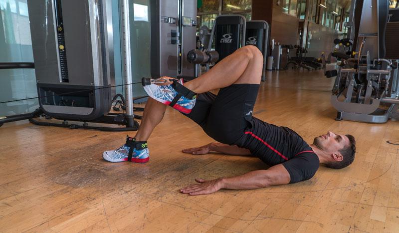 Ejercicios para entrenar brazos y piernas con polea