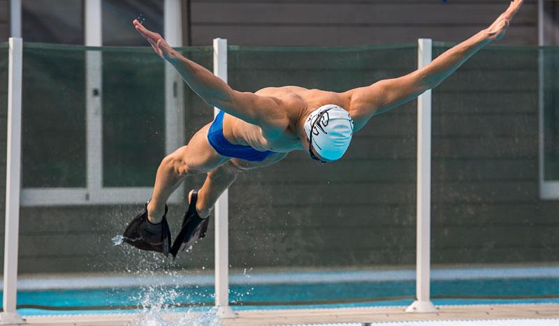 Trabaja piernas brazos y abdomen nadando con aletas for Aletas natacion piscina