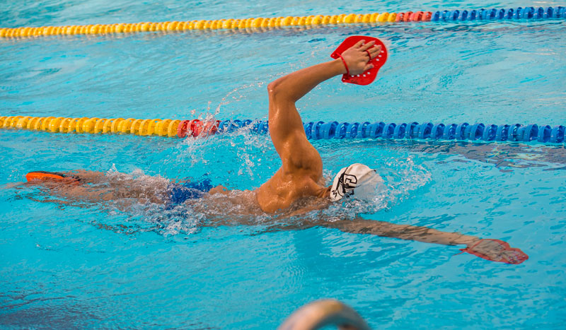 Abdominales de hierro con natación