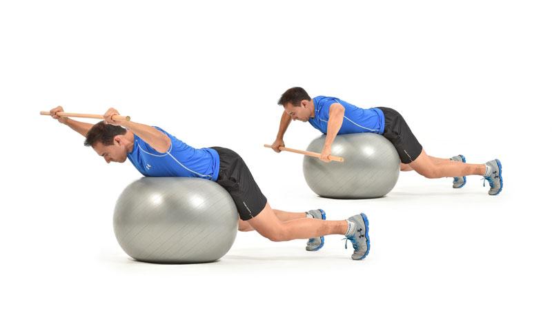 El ejercicio para reforzar y cuidar tu espalda: rotación cubana sobre fitnesball