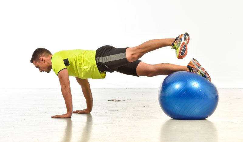 Ejercicios para entrenar piernas y abdominales con fitball