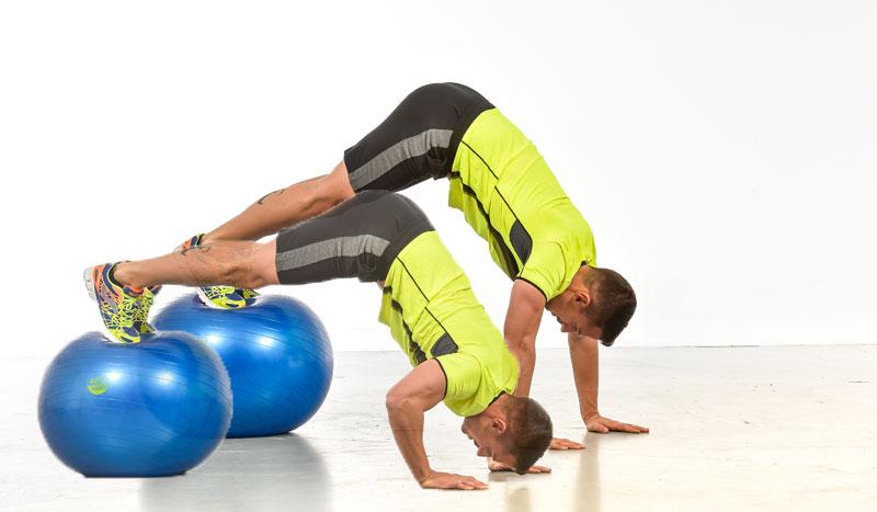 Ejercicios para unos hombros y pectorales a punto con fitnessball