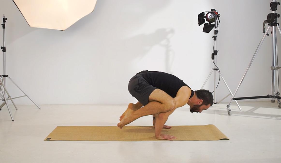 La postura de yoga que mejora tu fuerza y equilibrio: el Cuervo