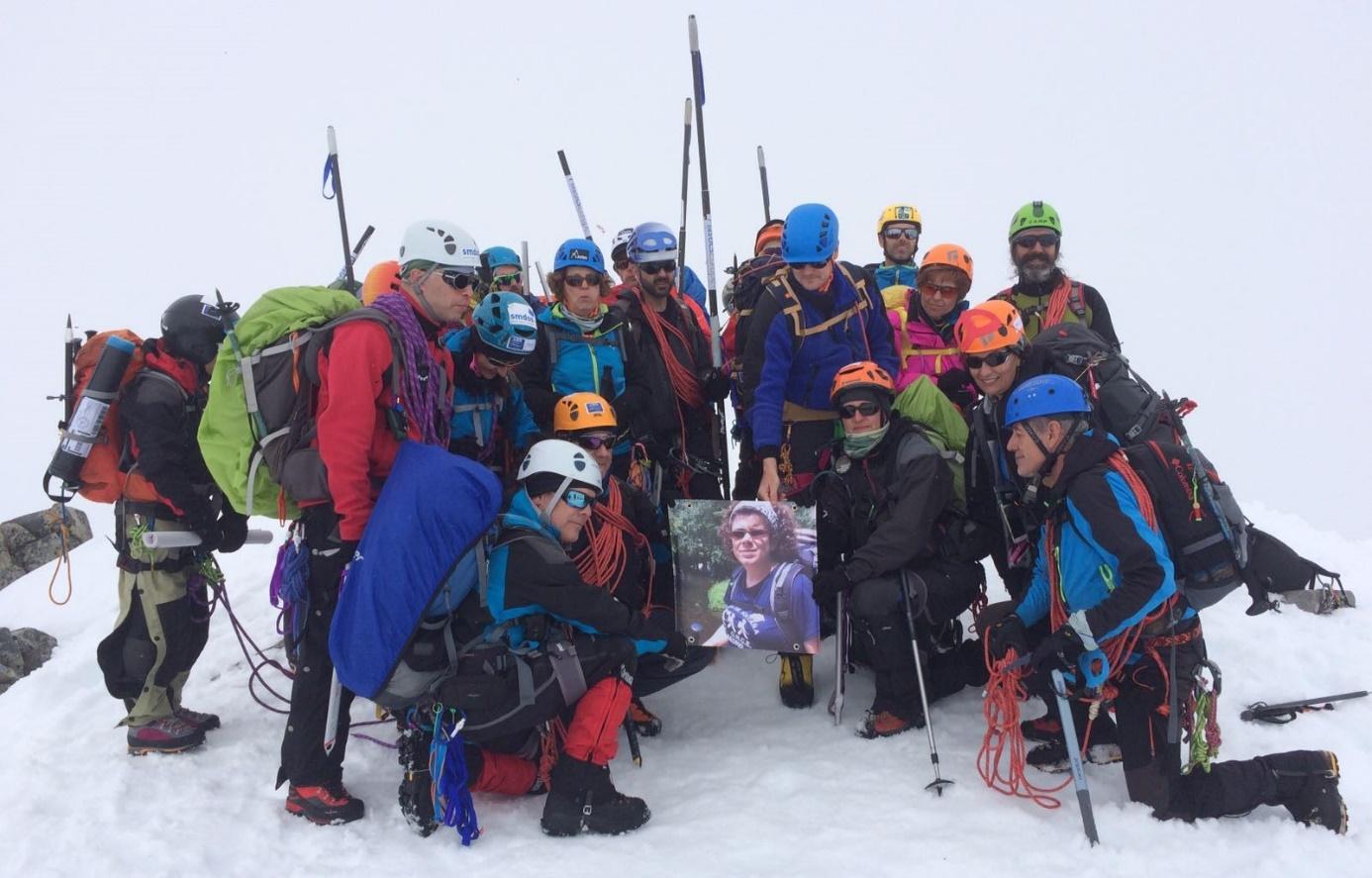 Cinco ciegos coronan la montaña más alta de Noruega