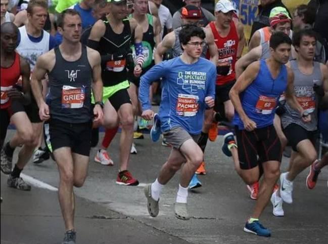 ¡Corre una media maratón con unas sandalias Crocs y termina en 1 hora y  11 minutos!
