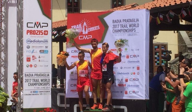 Luis Alberto Hernando y la selección española campeones del mundo de carreras de montaña