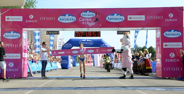 Paula González gana por tercera vez consecutiva la Carrera de la Mujer de Gijón