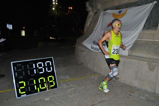 ¡Un medio maratón dando vueltas a la estatua de Colón en Barcelona!
