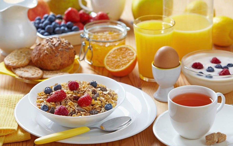 Los 5 alimentos que no pueden faltar en tu desayuno