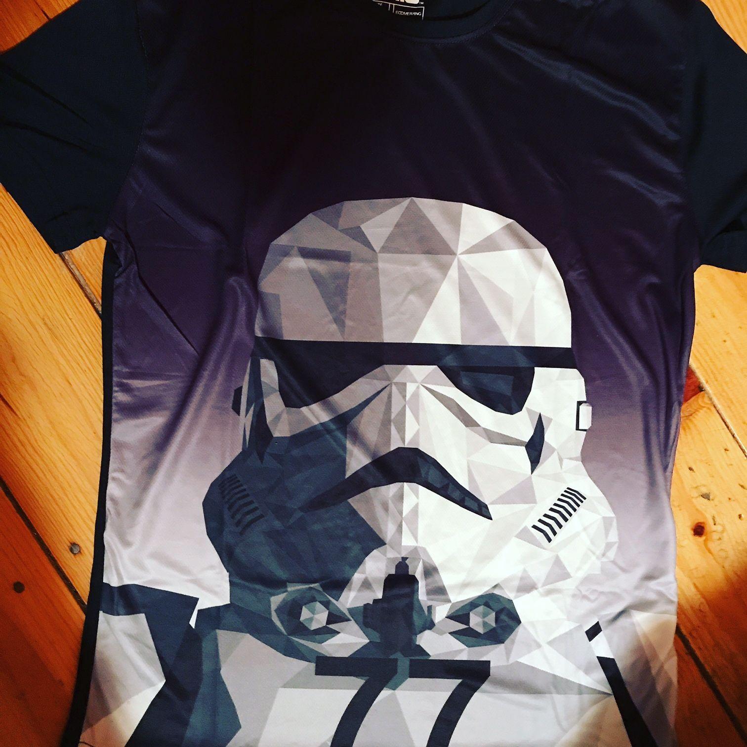 La camiseta del lado oscuro del deportista