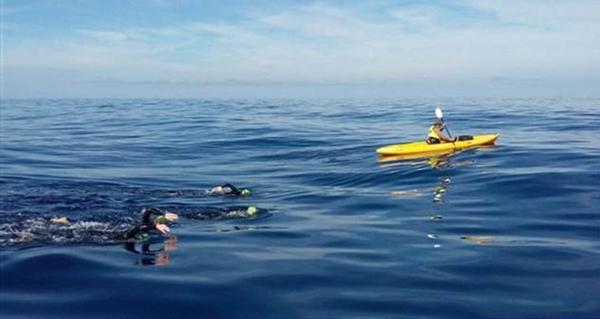De Formentera a Ibiza a nado para ayudar a los refugiados