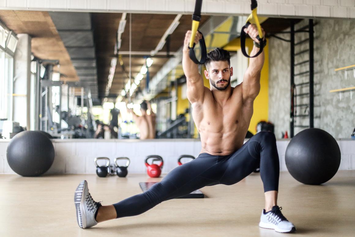 Entrena y refuerza piernas y abdominales con TRX