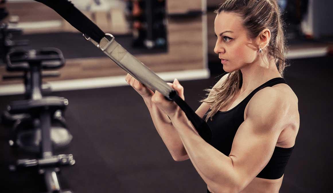 Ejercicios para trabajar hombros, bíceps, tríceps y espalda con TRX