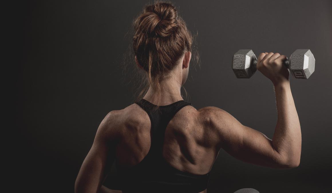 Los trucos del entrenador para reforzar tus hombros con estos dos ejercicios