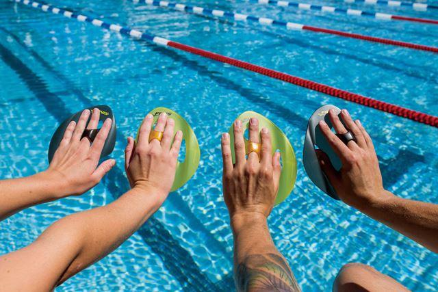 Las palas sin gomas que permiten al nadador aislar diferentes grupos musculares para mejorar la posición y técnica de brazada