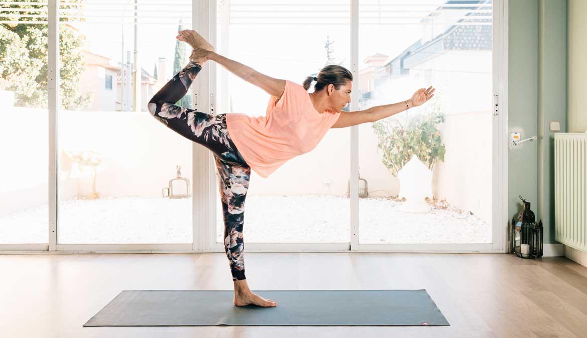 Yoga para calentar, estirar y fortalecer las piernas con YOWE