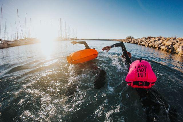 La boya que mejora tu seguridad cuando nadas en el mar