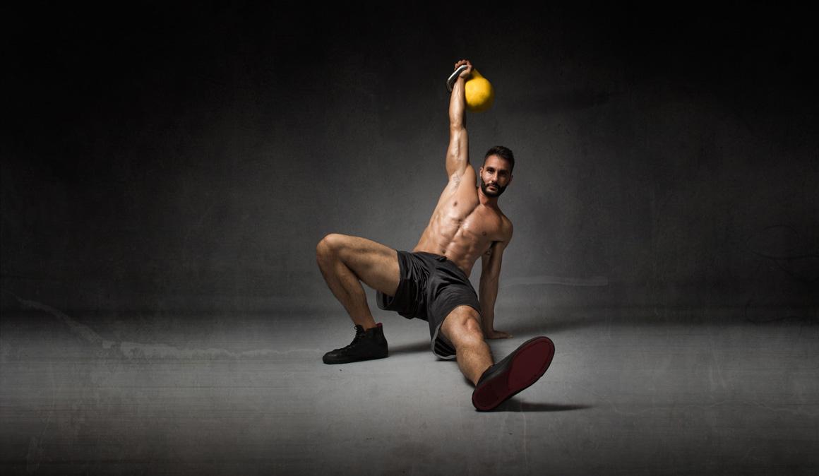 Levantamiento turco, un superejercicio para ser más fuerte, estable y trabajar abdominales