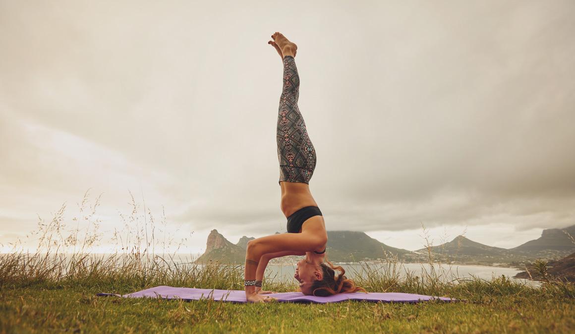 Salamba Sirsasana: la postura del trípode que ejercita todos nuestros músculos