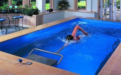 El motor contracorriente que permite nadar en una piscina de 2 m de ancho x 5'5 de largo