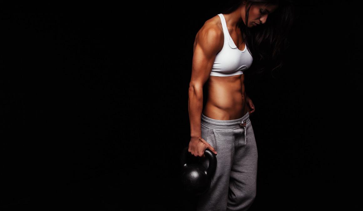 El entrenamiento que te pone fuerte caminando: así son los desplazamientos pesados