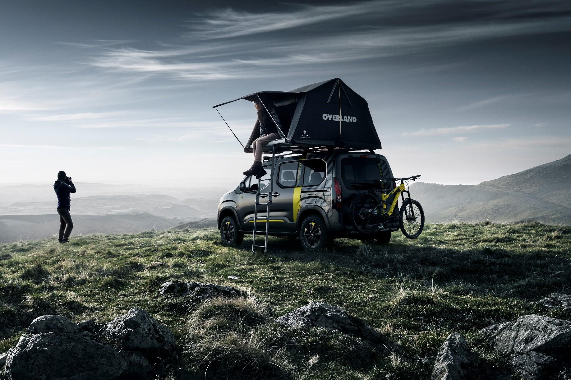 El coche más aventurero: con tienda de campaña y bici eléctrica de serie