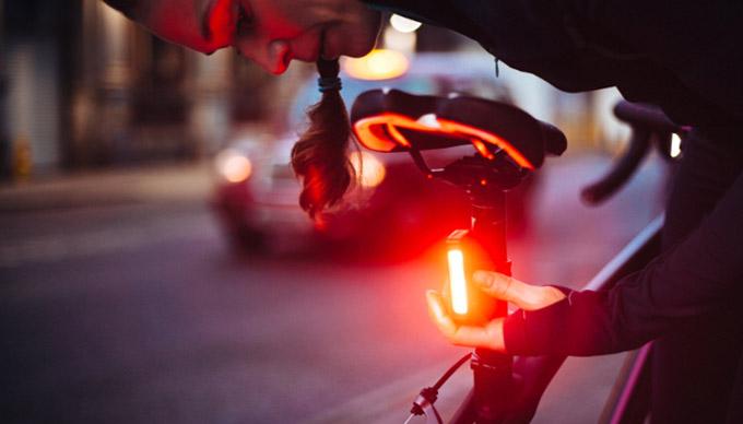 La DGT reacciona a la polémica multa del ciclista y la luz roja intermitente