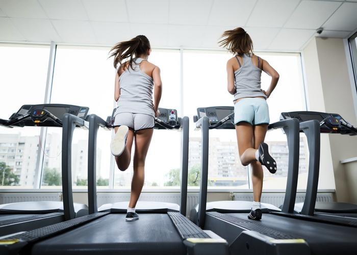 ¿Realmente es mejor ir de lado o marcha atrás en la cinta del gimnasio?