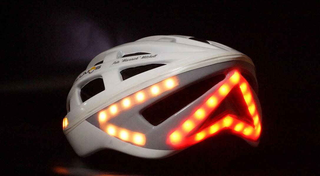 El casco con intermitentes, luz blanca delantera y luz trasera de freno